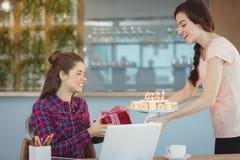 Kierownictwo świętuje jej kolegów urodzinowych Obrazy Stock