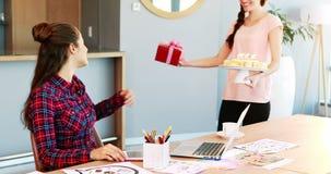 Kierownictwo świętuje jej kolegów urodzinowych zbiory