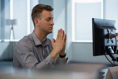 Kierownictwo medytuje przy biurkiem obraz stock