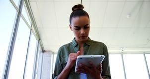 Kierownictwo używa cyfrową pastylkę w biurze zbiory wideo