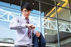 Kierownictwo w pośpiechu, biznesmen patrzeje jego zegarek na ręce, Zdjęcie Royalty Free