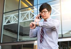 Kierownictwo w pośpiechu, biznesmen patrzeje jego zegarek na ręce, Obraz Royalty Free