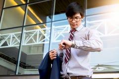 Kierownictwo w pośpiechu, biznesmen patrzeje jego zegarek na ręce, Zdjęcia Stock