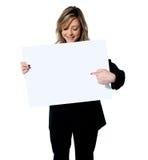 Kierownictwo wskazuje przy pustą sztandar reklamy deską zdjęcie stock