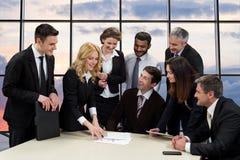 Kierownicy firma dyskutować biznesowy projekt Zdjęcia Royalty Free