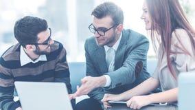 Kierownicy firma i klient, dyskutuje terminy nowy spojrzenie przy laptopu ekranem i kontrakt z zdjęcia royalty free