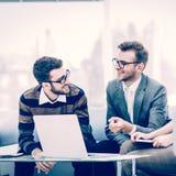 Kierownicy firma i klient, dyskutuje terminy nowy spojrzenie przy laptopu ekranem i kontrakt z zdjęcie royalty free