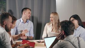 Kierownicy firma spotykają w pracującym pokoju, gawędzeniu i dyskutować, zbiory wideo