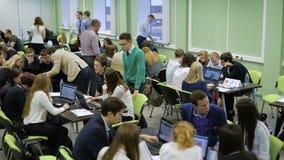 Kierownicy pracują w wielkim biurze drużyną na nowym biznesowym projekcie dla pomyślnej firmy Uruchomienie młody biznes zbiory wideo
