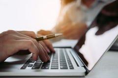 Kierownicy używają palce pisać na maszynie informacja osobista pracownicy które stosują dla prac na komputerze obrazy stock