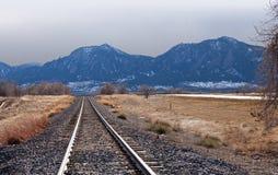 kierownicze góry burzowe w kierunku śladów pociągu Obrazy Stock