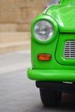 Kierowniczy światło wschód - niemiecki plastikowy rocznika samochód. Zielony Trabant Obraz Stock