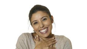 Kierowniczy portret młoda szalona szczęśliwa, z podnieceniem latynoska kobieta 30s uśmiecha się odosobnionego na białym tle w em  zdjęcia royalty free