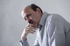 Kierowniczy portret seniora dojrzały stary człowiek patrzeje cierpienia bólem na jego 60s smutnym i zmartwionym depresją w smucen zdjęcia stock