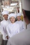 Kierowniczy szef kuchni Mówi asystenci obrazy royalty free