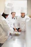 Kierowniczy szef kuchni wyjaśnia coś grupować Zdjęcie Royalty Free