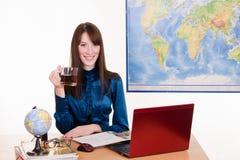 Kierownik agencja podróży z kubkiem herbata w ręce zdjęcia royalty free