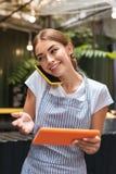 Kierownik bufeta dostawania wezwania od przyszłościowych gości fotografia royalty free