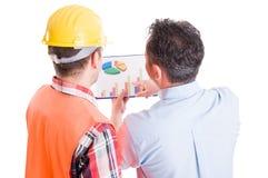 Kierownik i kontrahent dyskutuje pieniężne mapy Fotografia Stock