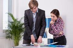 Kierownik i pracownik dyskutuje pomysły obraz stock