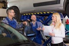 Kierownik i załoga robi czekowi łamany samochód up zdjęcie royalty free