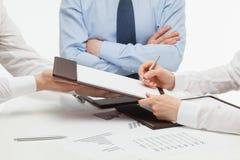 Kierownik podpisuje kontrakt Zdjęcia Stock