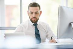 Kierownik pracuje na projekcie w biurze obrazy stock