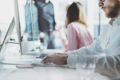 Kierownik projektu drużyny pracy nowy pomysł Młoda biznesowa załoga pracuje z początkowym nowożytnym loft Komputer stacjonarny na Zdjęcia Stock