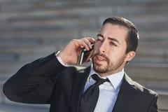 Kierownik prowadzi biznesową rozmowę telefonicza zdjęcia stock