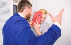 Kierownik stawia jego r?k? na ramieniu jego sekretarka, przy biurem Ja zbyt og?lnospo?eczny ruch Szef lub kierownik zdjęcie royalty free