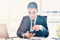 Kierownik szuka online informacje i dane dla biznesu w jaskrawym nowożytnym biurze zdjęcie royalty free