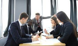 Kierownik wrzeszczy przy jego pracownikami przy spotkaniem Firma jest w recesi Obraz Royalty Free