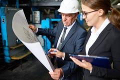 Kierownik Wyższego Szczebla Dyskutuje fabryka plany zdjęcie stock