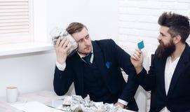 Kierownik z brodą i kolega z słojem gotówka i karta Gotówka wydaje pojęcie Koledzy zbiera pieniądze w słoju Zdjęcie Stock