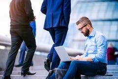 Kierownik z laptopem, siedzi na schodkach, Londyn, urząd miasta Zdjęcie Stock