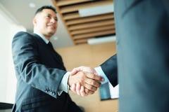 Kierownika chwiania ręki Z kolegą Po Biznesowego spotkania Dla kontrakta obrazy stock