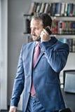 Kierownika mężczyzna rozmowa na smartphone Obraz Royalty Free