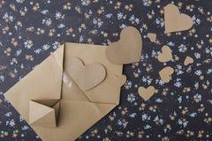 Kierowy błękitny kwiecisty tło, koperta, list miłosny, valentine ` s wyznanie Zdjęcia Royalty Free