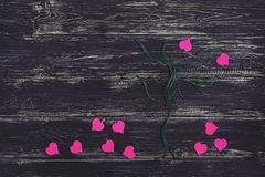 Kierowy kolor jest fuksją Drzewo nici z sercami zamiast liści Fotografia Stock