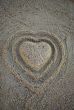Kierowy kształt w piasku na plaży Odgórny widok pionowo Obrazy Royalty Free