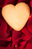 Kierowy kształta ciastko w różanych płatkach Fotografia Royalty Free