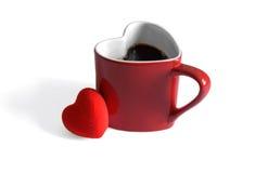 Kierowy kształtny kawowy kubek nurkował w kawowych fasolach, walentynka dzień feb 2, 2015 zdjęcia royalty free