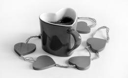Kierowy kształtny kawowy kubek nurkował w kawowych fasolach, walentynka dzień feb 2, 2015 fotografia stock