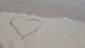 Kierowy kszta?t na piasku kt?ry wyciera? daleko morze fal? zbiory wideo