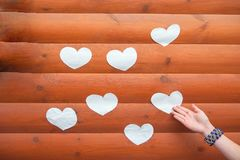 Kierowy kszta?t od naturalnego drzewa Uroczy kierowy kszta?t drewnianymi ma?ymi sercami na nieociosanym drewno stole Miłość temat obrazy royalty free