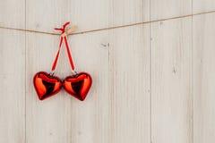 Kierowy obwieszenie na clothesline Na starym drewna background Obraz Royalty Free