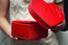Kierowy ręki valentine prezenta pudełko Zdjęcia Royalty Free
