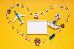 Kierowy symbol robić dekoracyjne rzeczy i miniatur zabawki: seashells, naczynie, kotwicy, latarnie morskie, życie pocieszają Żagl obrazy royalty free