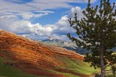 Kierowy widok górski w świetle słonecznym obrazy royalty free