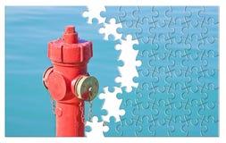 Kieruje twój pożarniczego zapobiegania plan - Czerwony pożarniczy hydrant przeciw wa obrazy stock
